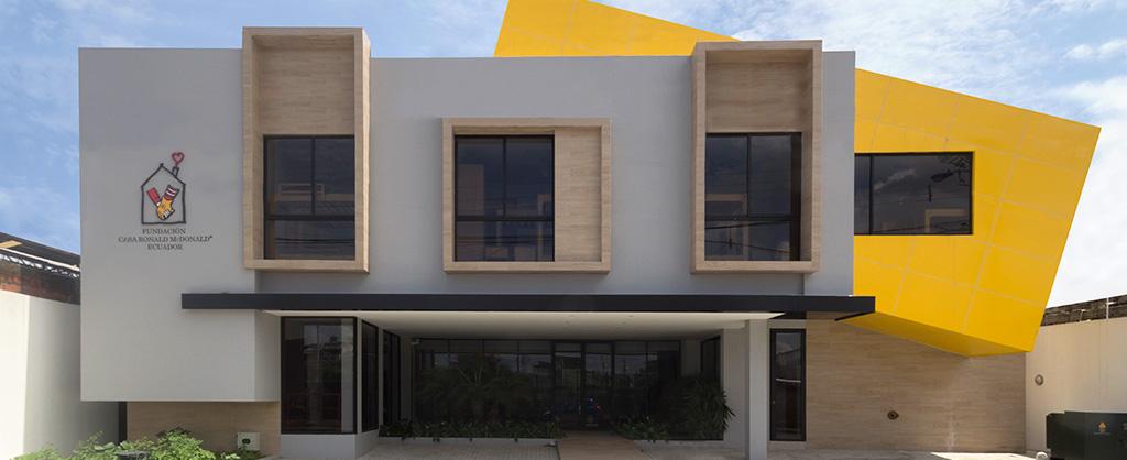 El exterior de la Casa Ronald McDonald Ecuador.